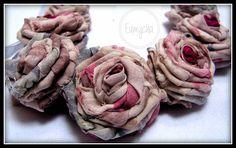 Róże z resztek tkanin, bardzo lubię robić taką biżuterię. Można zrobić taki naszyjnik z każdego kawałka tkaniny, dopasować do każdej kreacji.