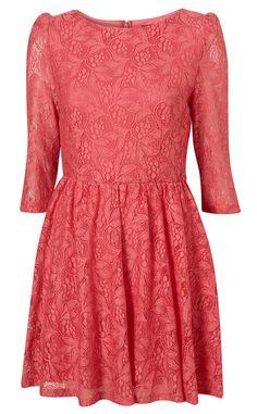 Vestido de encaje color coral con manga francesa de Topshop/ VOGUE.ES