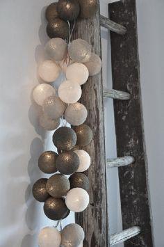 kerstballen aan de trap