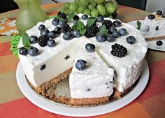 """Upečený sušenkový korpus potřený směsí z krabice """"Nepečený dort Dr. Oetker"""" vyšlehanou s bílým jogurtem a zakysanou smetanou, doplněnou o čerstvé borůvky. Waffles, Pancakes, Cheesecake, Pudding, Breakfast, Cheesecake Cake, Breakfast Cafe, Pancake, Cheesecakes"""