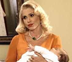 Sandra ameaça Maria com Aninha nos braços (Foto: TV Globo)