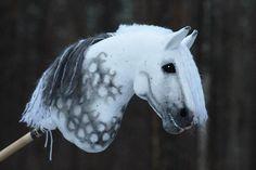 Näillä pimeillä keleillä on kyllä tosi haastava saada kunnollisia kuvia.🙄 Mutta asiaan, tää heppa on tulossa myyntiin heti, kun saan sen… Stick Horses, Hobby Horse, Breyer Horses, Horse Photos, Horse Art, Puzzle Pieces, Felting, Chelsea, Animals
