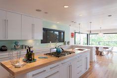 comptoirs de cuisine en bois façades blanches moderne menthe verte mosaïque Rueckwand