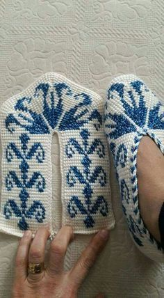 Basispatroon: http://www.ravelry.com/patterns/library/simple-tunisian-slippers Zelf aan te passen met patroon