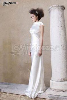http://www.lemienozze.it/gallerie/foto-abiti-da-sposa/img32901.html Abito da sposa in raso con scollo a barchetta