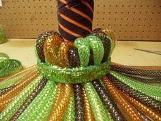 witch-broom-band Halloween Mesh Wreaths, Diy Halloween Decorations, Deco Mesh Wreaths, Deco Mesh Crafts, Halloween Witch Wreath, Fall Deco Mesh, Halloween Witches, Fall Wreaths, Holidays Halloween