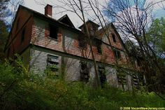 Located in New Jersey, United States, this abandoned mansion was reportedly part of the Stivasin Rutherford Estate before falling into decay. Close to the Stephen State Park Hiking Trail, the mansion and its surrounding structures have clearly been abandoned for years. Hidden in woodland off the beaten path, it has become a popular talking point on urbex forums and message boards.