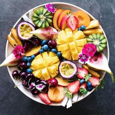 How gorgeous is this fruit bowl?! My super simple tips for staying fit this new year: 1. Drink lots of water. I know it sounds simple but is often overlooked. 2. Consume more raw foods like salads and smoothies. 3. Take probiotics! 4. Chew your food. It's not just the food that matters but the habits we surround them with. 5. Wake up each morning and list off 5 things you're grateful for. Gratitude has been shown to improve your health! 6. Compliment people. Always a good idea! . Don't…