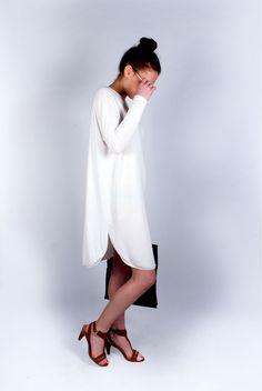 Fehér ruha 5200 Király utca és online: http://webshop.latomas.hu/Noiruha/Noiegyberuhak/Fruha2