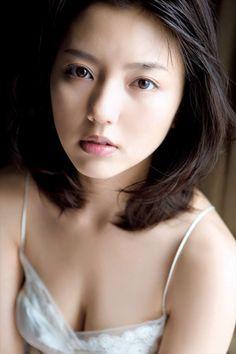 【画像】真野恵里菜(23)の写真集ハイレグ水着がエロい件の画像その8