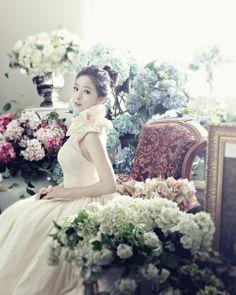 홍수아 웨딩화보 몽환적 숲속 공주 변신 '여성미 극대화'