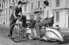 Мотороллер Vespa 125 спроектировал в 1947 году итальянский авиаконструктор Коррадино д'Асканио. C него начался век мотороллеров, которые в 50-е годы считались транспортом будущего. В бедной, разоренной войной Европе немногие могли себе позволить автомобиль, а тяжелые, шумные и г