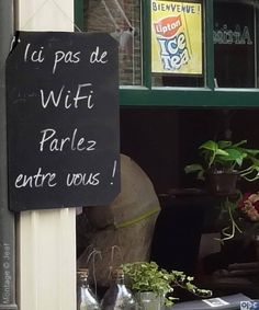 Ici pas le WiFi : Parlez entre vous No WiFi here : Talk to each other. Teaching French, Conversation Images, Zona Wifi, Image Fun, French Quotes, French Classroom, Learn French, French Language, Jokes