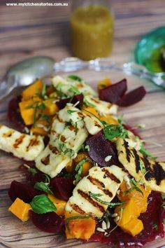 Beetroot Pumpkin Haloumi Salad Beets and Pumpkin Salad with Grilled haloumi Source by SkinRenewalSA Vegetable Recipes, Vegetarian Recipes, Cooking Recipes, Healthy Recipes, Halloumi, Ella Vegan, Pumpkin Salad, Pumpkin And Beetroot Salad, Snacks