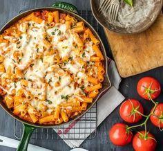 Ριγκατόνι με κοτόπουλο, σάλτσα ντομάτας, γαρνιρισμένο με τυρί στη κατσαρόλα. Ένα παντανόστιμο πιάτο που θα εντυπωσιάσει όσους το δοκιμάσουν στο καθημερινό,