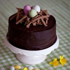 Läcker tårta fylld med vit chokladmousse och citronkräm.