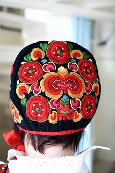 FolkCostume&Embroidery: Bunad and Rosemaling embroidery of upper Hallingdal, Buskerud, Norway Folk Embroidery, Learn Embroidery, Embroidery Designs, Scandinavian Embroidery, Scandinavian Folk Art, Textiles, Folk Costume, Costumes, Folk Clothing