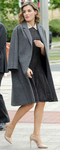 When she left the seminar, Doña Letizia swung her Nina Ricci tweed coat over the shoulders.