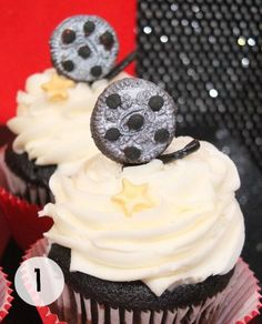 Cute movie reel cupcakes Easy Desserts, Dessert Recipes, Vanilla Frosting, Chocolate Cupcakes, Oscar Party, Event Ideas, Vanilla Icing, Desert Recipes, Light Desserts
