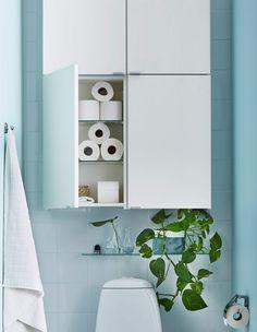 Fire hvite enkle skap og ei lita glasshylle med planter, plassert over et toalett.