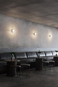 Wall banquette seating at Locura restaurant, Byron Bay, Australia Banquette Seating Restaurant, Lounge Seating, Booth Seating, Seating Plans, Deco Cafe, Concrete Bar, Small Restaurants, London Restaurants, Byron Bay