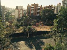 """Casas antigas de imensos quintais, ruas ladrilhadas, árvores, e um bucólico clima típico de outras épocas. As descrições que, há algumas gerações, retratavam um dos mais tradicionais bairros de São Paulo, hoje residem apenas na memória dos mais saudosistas moradores da Vila Madalena. A região, que a partir da década de 1970, se popularizou com...<br /><a class=""""more-link""""…"""
