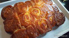 "Cuib de viespi - reteta veche dupa Silvia Jurcovan. Acesti ""cuibi de viespi"" sunt spirale caramelizate de cozonac cu nuca, unt si zahar, insiropate cu lapte Focaccia Bread Recipe, Homemade Sweets, Good Food, Yummy Food, Dessert Cake Recipes, Romanian Food, Vegan Meal Prep, Pastry And Bakery, Vegan Kitchen"