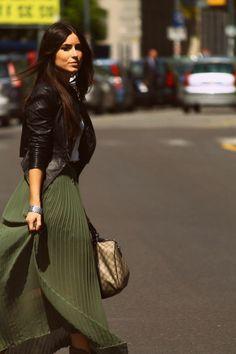 dernières tendances de la mode, jupe longue plissée vert foncé femme All Fashion, Grunge Fashion, Urban Fashion, Hijab Fashion, Latest Fashion Trends, Runway Fashion, Fashion Outfits, Fashion Online, Womens Fashion