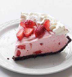 Strawberry-Chocolate Freezer Pie: Incredibly easy to do, and such a simple method that it could be done with any pie crust and ice cream or frozen yogurt! Spring Desserts, Frozen Desserts, Frozen Treats, Just Desserts, Delicious Desserts, Yummy Food, Healthy Desserts, Pie Recipes, Dessert Recipes