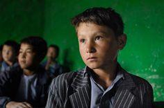 Crianças em escola de Bamiyan, Afeganistão.  Fotografia: Steve McCurry.