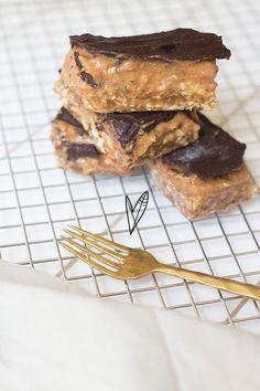 Deze healthy snickers variant is echt onze all time favorite! Healthy Sweet Treats, Healthy Sugar, Healthy Baking, Healthy Snacks, Healthy Recipes, Vegan Treats, Vegan Food, I Love Food, Good Food