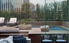 Para esconder a piscina na cobertura, o paisagista Alex Hanazaki instalou floreiras rentes ao guarda-corpo e plantou podocarpos, que crescem rápido e criam uma barreira natural
