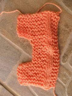 Esses sapatinhos ficaram realmente fofinhos eu amei fazer super prático e lindos!!! Usei lã Super bebê e lã Carinho, ag. para tricô n°3 Montar 25p na ag. com a lã de cor n°1 (branca) o azul fiz int…