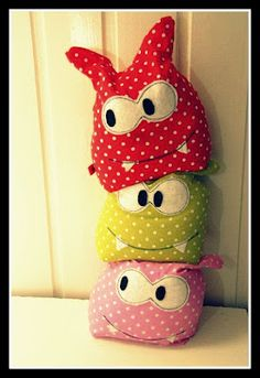 Monster pillows, hmmmm very cool ;)) and izi to do. Sewing Toys, Sewing Crafts, Sewing Projects, Fabric Toys, Fabric Crafts, Kids Pillows, Animal Pillows, Sewing For Kids, Diy For Kids