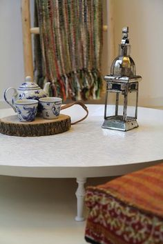 Witte Marokkaanse dienblad tafel met plaid, trapje en lantaarn. www.casaquente.nl