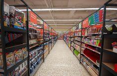 Supermarket Design | Retail Design | Retail Shelving | Retail Fixtures | HMY Group. Your global shopfitting partner. En este pasillo podemos observar que en cada lado, es decir, en cada góndola, nos muestran en todo momento lo que se encuentra debajo o en ese tramo mediante carteles que es una gran ayuda para los consumidores en la mayoría de los casos, mientras no entorpezca la vista de los productos.