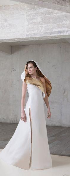 Stéphane Rolland Printemps-été 2017 - Haute couture - Robe Arche à capuche en double gazar blanc et feuilles d'or 18 carats - http://fr.orientpalms.com/Stephane-Rolland-6543