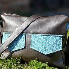 Besace Zip-Zip en simili cuir et coton bleu cousue par Delphine - Patron Sacôtin