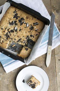 Yes! Ik heb iets te vieren, en daarom trakteer ik jullie op deze lekkere Oreo brownies met witte chocolade. Deze brownies kookik in het filmpje in de keuken die jullie van mij gewend zijn, maar 'in het echt' ben ik gisteren verhuisd naar ons nieuwe huis! De keuken is nog niet klaar, dus het is... LEES MEER...