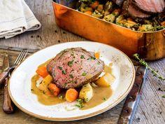 Oksestek med ovnsbakte rotgrønnsaker   Oppskrift - MatPrat Pot Roast, Beef Recipes, Ethnic Recipes, Food, Carne Asada, Meat Recipes, Roast Beef, Essen, Meals