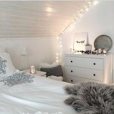 Dormitorio decorado con luces