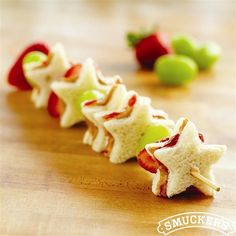 Kids will love these cute STAR SNACKS for parties, afternoon & just because! Che… Kids will love these cute STAR SNACKS for parties, afternoon & just because! Check out these other snack ideas too. Cute Food, Good Food, Yummy Food, Delicious Recipes, Kid Food Fun, Healthy Recipes, Snacks Für Party, Lunch Snacks, Fruit Snacks