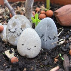 DIY 6 idées déco faciles et rapides pour les kids avec des galets sur - www.decocrush Crafts ideas with the kids : stone rock paint from the garden or the beach Pebble Painting, Pebble Art, Stone Painting, Stone Crafts, Rock Crafts, Diy And Crafts, Art Pierre, Rock And Pebbles, Pet Rocks
