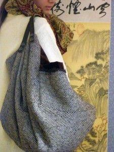 Sac cabas en tissage de laine marron beige une grande poche extérieur sur velours marron Intérieur satin gold froissé avec 2 poches.