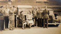 Clarice com oficiais da Força Expedicionária Brasileira em Nápoles. Década de 1940.