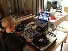 DJ-workshop Myllypuron mediakirjaston syyslomariehassa Turntable, Dj, Helmet, Workshop, Electronics, Record Player, Atelier, Hockey Helmet, Work Shop Garage