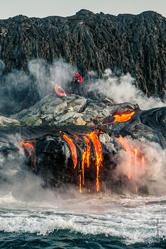 This Pedro Olivia, a professional kayaker, and yes, that is lava from an active volcano in Kilauea, Hawaii. Natural Phenomena, Natural Disasters, Volcan Eruption, Fuerza Natural, Erupting Volcano, Hawaii Volcano, Hawaii Ocean, Oahu Hawaii, Lava Flow