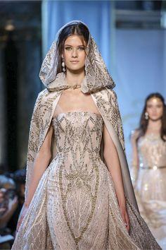 The hooded cape glamorous bride at Elie Saab Haute Couture Paris. More FW 17 Couture. Live Fashion, Fashion Show, Fashion Outfits, Fashion Tips, Fall Outfits, Couture Fashion, Runway Fashion, Jw Moda, Elie Saab Fall