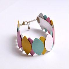 Bracelet Manchette Cuir Coloré. Note the elastic band.