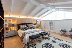 Nesse ambiente, a arquiteta Marina optou pela serenidade do lugar com texturas, tecidos naturais e madeiras para aquecer o quarto, criando uma atmosfera extremamente acolhedora.
